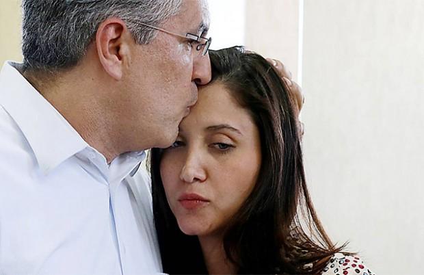 Padilha beija a mulher em caravana do PT (Foto: Jorge Araújo - 02.mar.2014/Folhapress