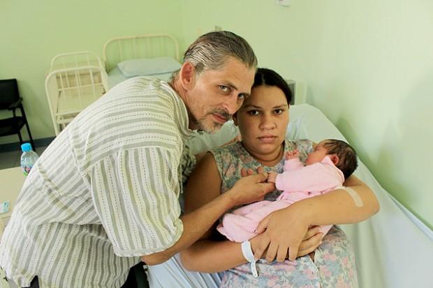 Adelir com o marido e a filha ainda no hospital (Foto: Erika Carolina - 03.abr.2014/Folhapress)