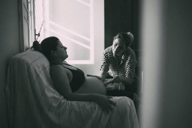 Profissional ouve coração do bebê durante o trabalho de parto (Foto: José Neto Fotografia Criativas)