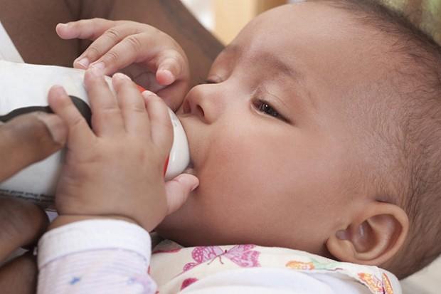 Leite humano vendido na web tem mistura de leite de vaca, diz estudo (Fotolia)