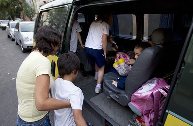 Motoristas de van escolar dizem que veículos não possuem cinto de três pontos para segurar cadeirinha (Foto: Fabio Braga/Folhapress)