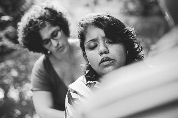 A doula Maiana Kokila ajuda a fotógrafa Ludy Siqueira em seu trabalho de parto (Arquivo Pessoal)