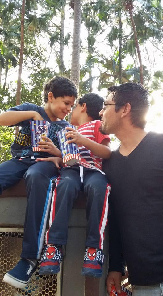 Hélio com os filhos Pedro, 7, e Murilo que hoje tem 3 anos (Arquivo Pessoal