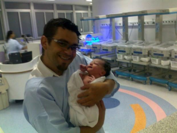 Hélio segura Murilo horas depois do nascimento (Arquivo Pessoal