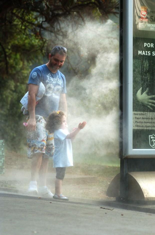 Pai e filha se refrescam no parque da Aclimação (Pai e filha se refrescam no parque da Aclimação (Wladimir Aguiar/Folhapress)