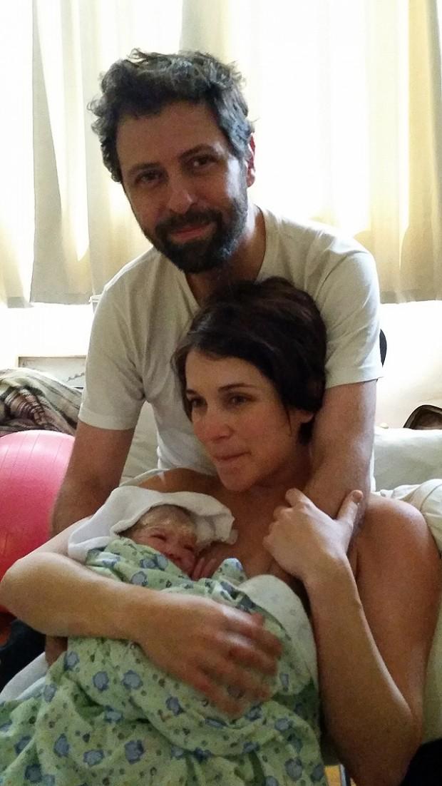 Amanda e o marido logo após o parto domiciliar (Arquivo Pessoal)