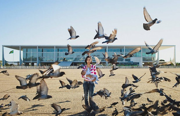Fotógrafos usam locais públicos de Brasília para cenário de projeto que incentiva amamentação em público (Reprodução/Instagram/Mamaço_no_Espaço)