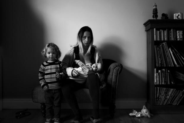 Autorretrato de Suzie amamentando o filho Xavier ao lado do filho Maximiliano