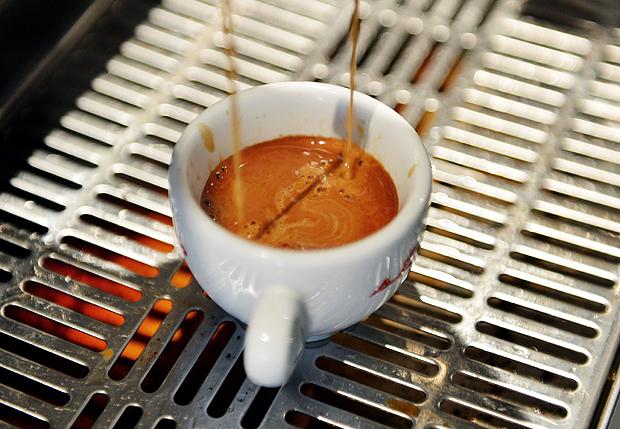 Grávidas podem beber de uma a duas xícaras de café por dia (Foto: Stan Honda/AFP)