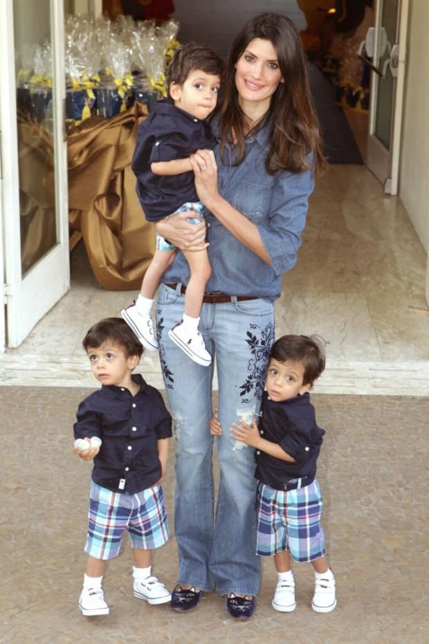 A  modelo Isabella Fiorentino com seus filhos trigêmeos Lorenzo, Bernardo e Nicholas (Foto: Greg Salibian/Folhapress)