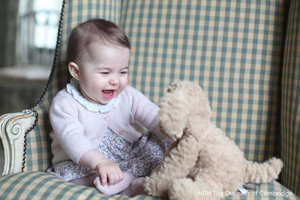 Fotos da princesa Charlotte foram divulgadas na página real no Facebook