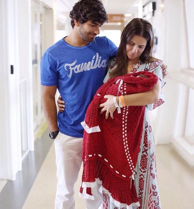 Deborash Secco Sai da maternidade com a filha Maria Flor (Reprodução/ Instagram)