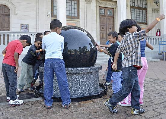 Crianças brincam na entrada do Museu Catavento (Divulgação)