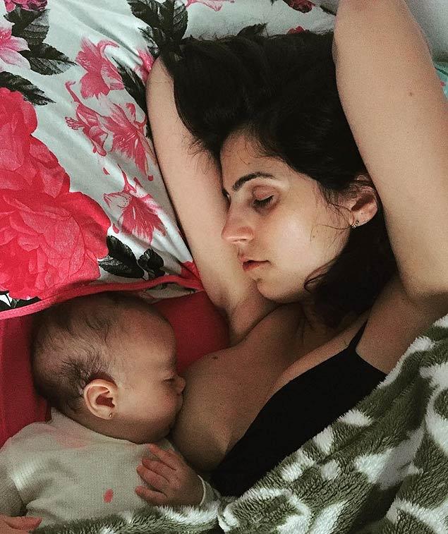 Manuela D'Ávila publicou foto mostrando a noite em que dormiu com a filha, que sentia dor após as vacinas dos 4 meses (Foto: Reprodução/Instagram)