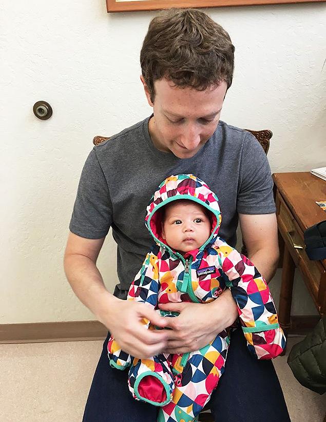 Zuckerberg segura a filha Max no colo após vacina (Crédito: Reprodução/Facebook)