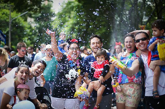 Família se diverte no bloquinho Mamãe Eu Quero (Zanone Fraissat/Folha Imagem)