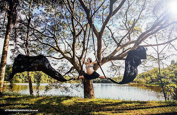 Grávida de 35 semanas, Fernanda Botta utiliou sua formação como bailarina e artista circense em seu ensaio (Foto: Attraversiamo Familia)
