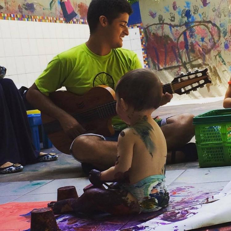 Atividade musical na Casa do Brincar (Reprodução/Facebook)