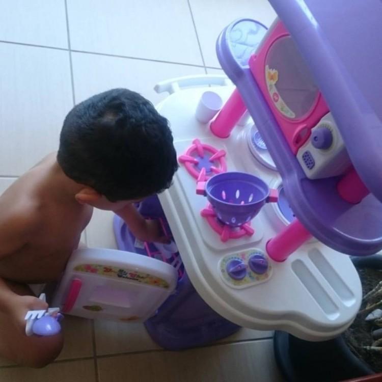 Foto mostra Ernesto brincando com sua cozinha nova (Crédito Reprodução/Facebook/Arthur William)