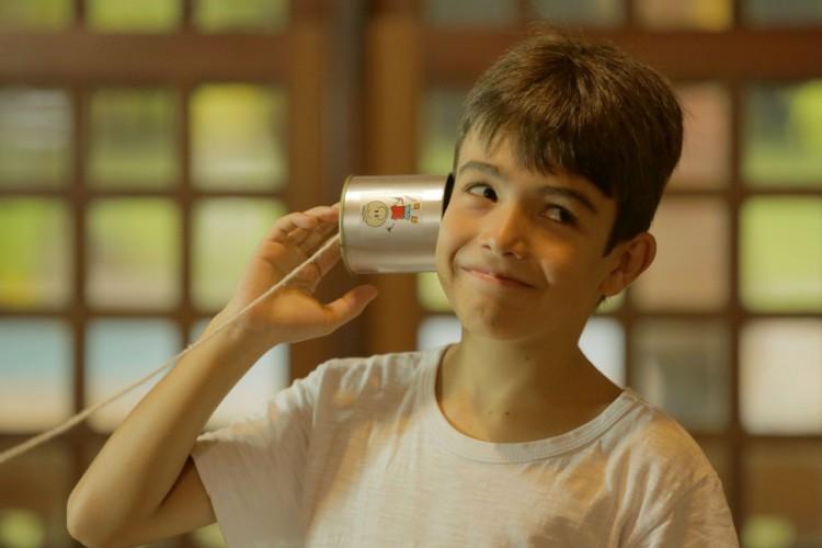 Menino brinca com latofone (Foto: Divulgação)