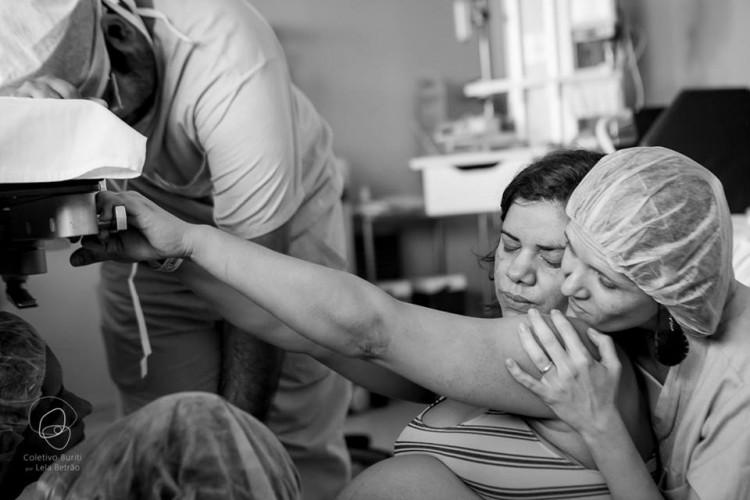 Doula participa de parto hospitalar (Lella Beltrão/Coletivo Buriti de Fotografia)