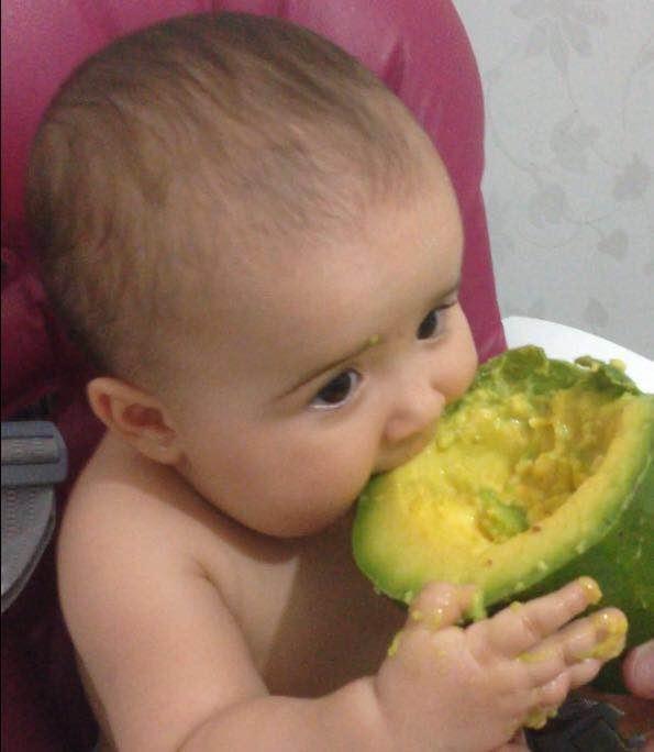 Helena come pedaço de abacate sozinha (Foto: Arquivo Pessoal)