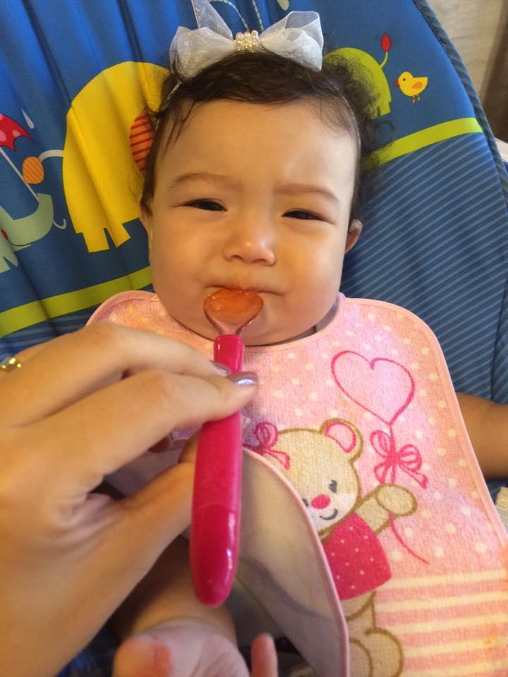Quem resiste a essa caretinha das primeiras frutinhas? (Leitora/Mariana Hitomi)