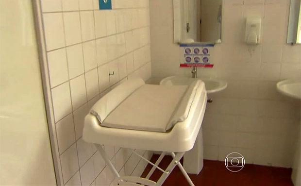 Trocador instalado dentro do banheiro masculino do Catavento (Reprodução/TV Globo)