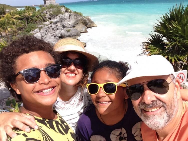 Antonio, Ana Amélia, Helena e Berliner; casal conta histórias de adoção (Divulgação)