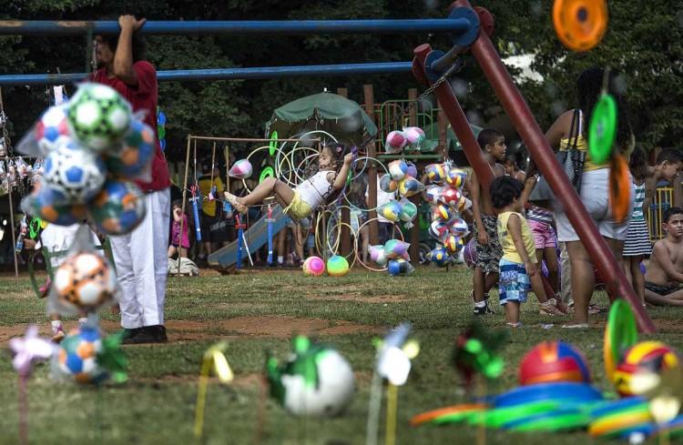 Crianças brincam no Ibirapuera (Foto: Marlene Bergamo/Folhapress)