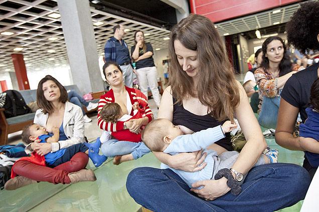 Mães fazem mamaço no Sesc Belenzinho (Zé Carlos Barretta - 17.nov.13/Folhapress)