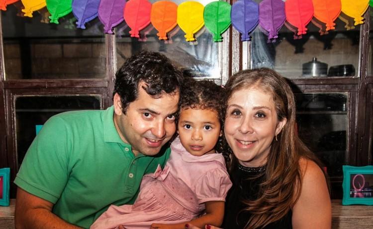 Thalita, entre o pai Daniel e a mãe Ana (Arquivo Pessoal)