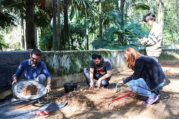 Brinque de escavação arqueológica no Butantan (Foto: Camilla Carvalho/ Instituto Butantan)