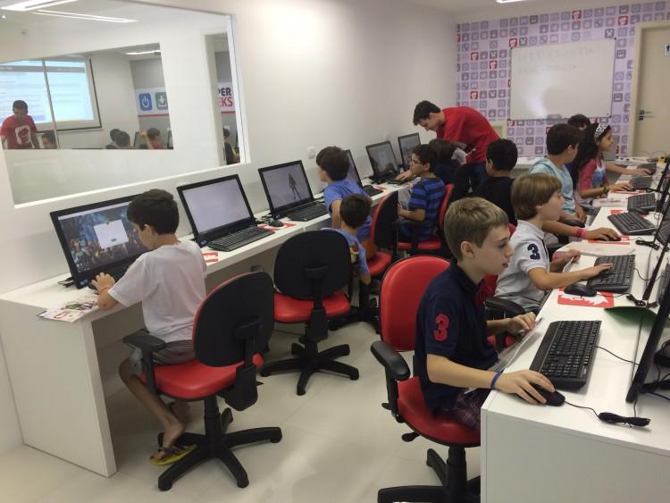 Alunos da escola SuperGeeks (Divulgação)