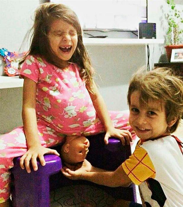 Malu e Leo brincam de parto com boneca (Foto: Gabriela Prado/Reprodução/Facebook)