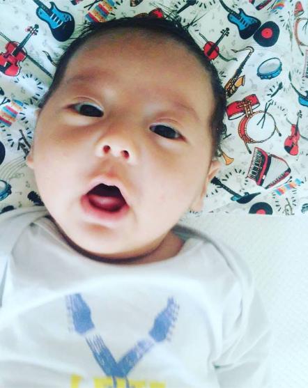 Kenzo nasceu com a língua presa, mas mama bem (Reprodução/Facebook)