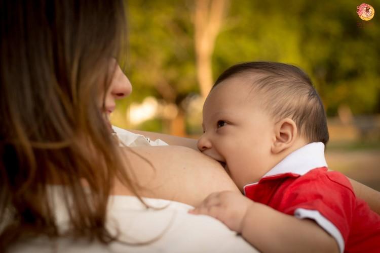 Mães precisam de apoio para amamentar (Crédito: Elis Freitas Fotografia)