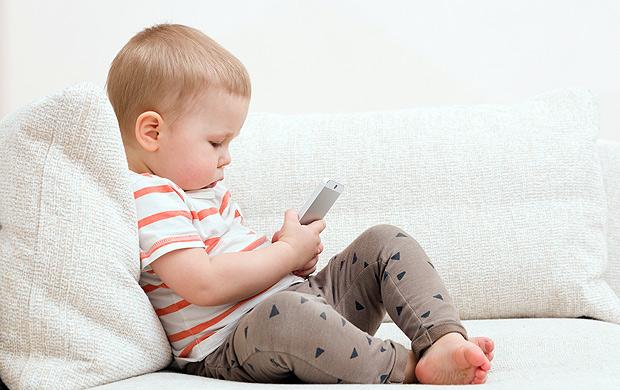 Não deixe seu filho ter contato com o celular antes dos 2 anos (Foto: Fotolia)
