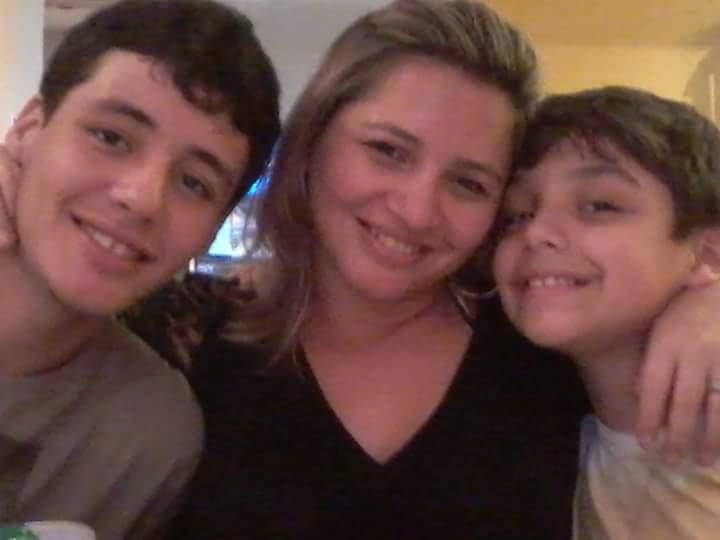 Allane com os filhos Matheus e Luan (Arquivo Pessoal)