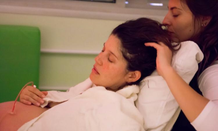 Raquel 'doula' gestante em trabalho de parto (Arquivo Pessoal)