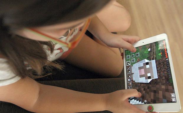 Criança joga Minecraft (Foto: Luiz Carlos Murauskas/Folhapress)
