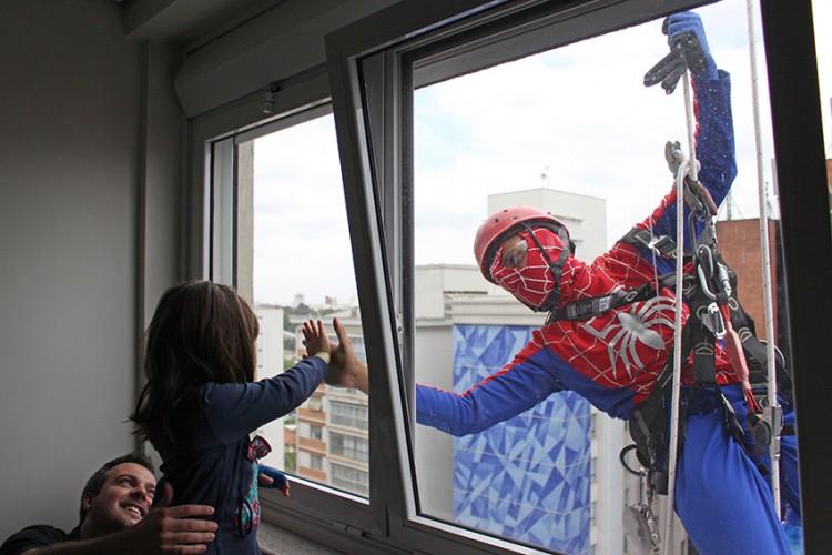 Paciente recebe visita do super-herói que escala o Sabará (Foto: Tiago da Silva)