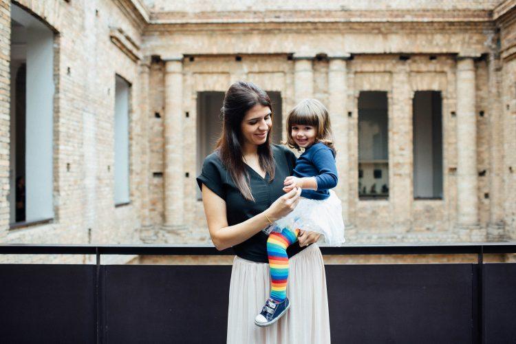 Ana Carolina com a filha Cecília, de 2 anos, no colo
