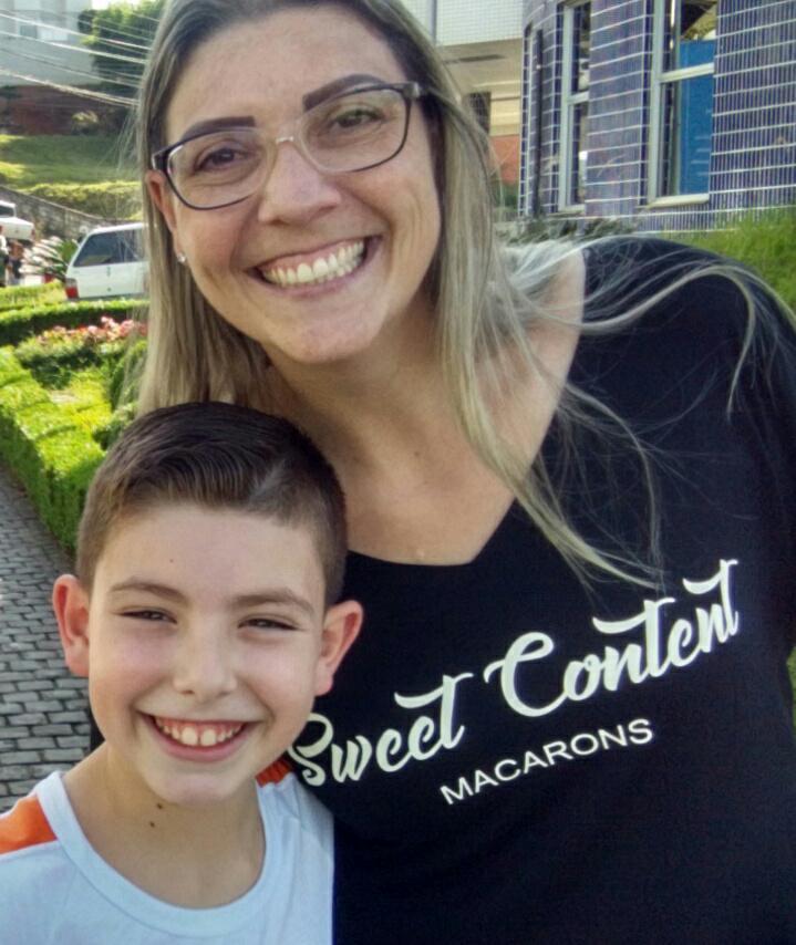 Janaína e o filho Enrico estão sorrindo, abraçados